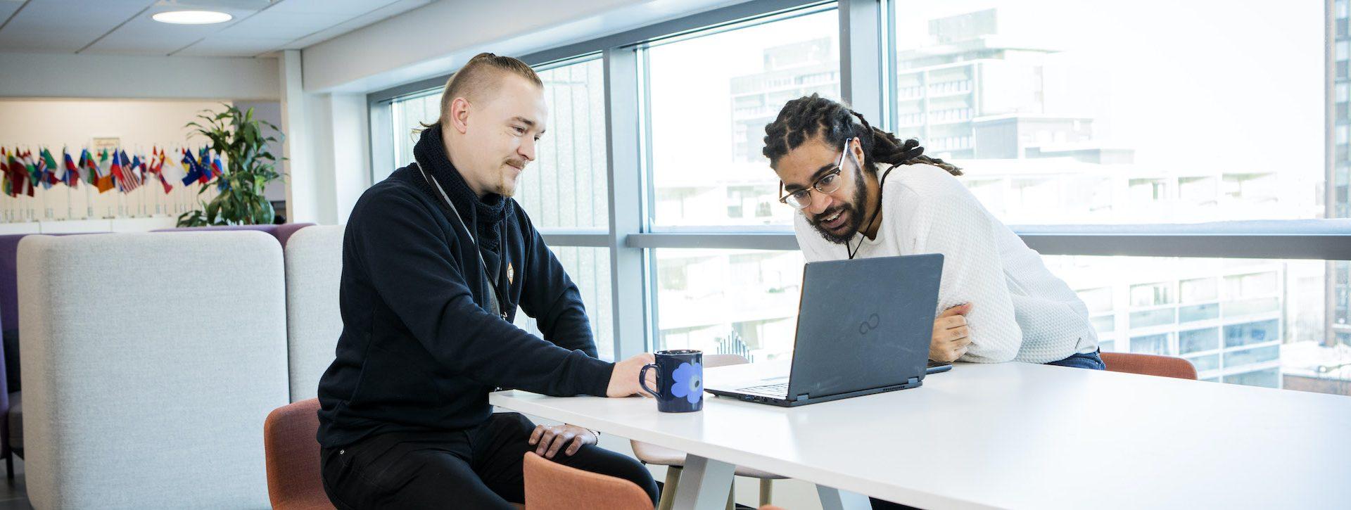 Maahanmuuttoviraston uusi Tellus-järjestelmä on tuonut Tomi Jääskeläisen (vas.) ja Daniel Grantin arkeen väljyyttä vähentämällä rutiininomaisia työtehtäviä.