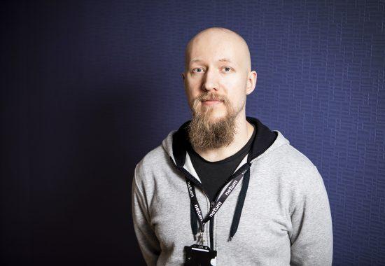 Itseoppinut koodari Joonas Nousiainen arvostaa avoimuutta työpaikalla